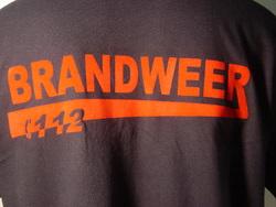 T-shirt grijze streep met rugopdruk brandweer onderstreept 112