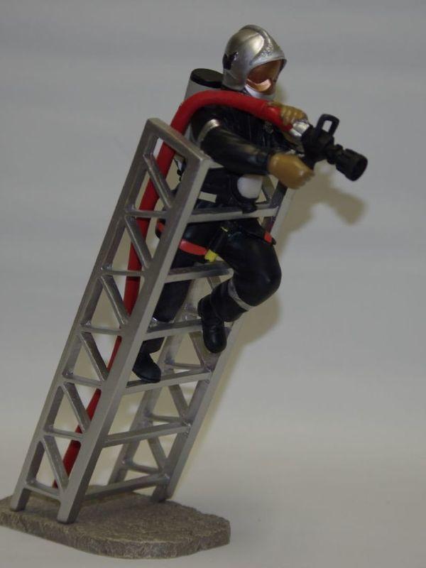 Brandweerman met lans op ladder